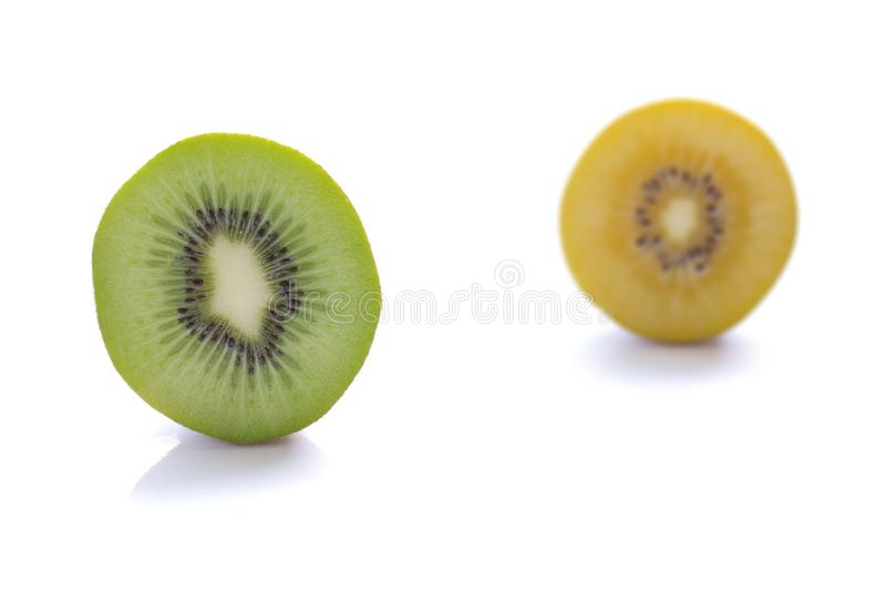 Vers groen en gouden die kiwifruit op witte achtergrond wordt geïsoleerd royalty-vrije stock afbeelding