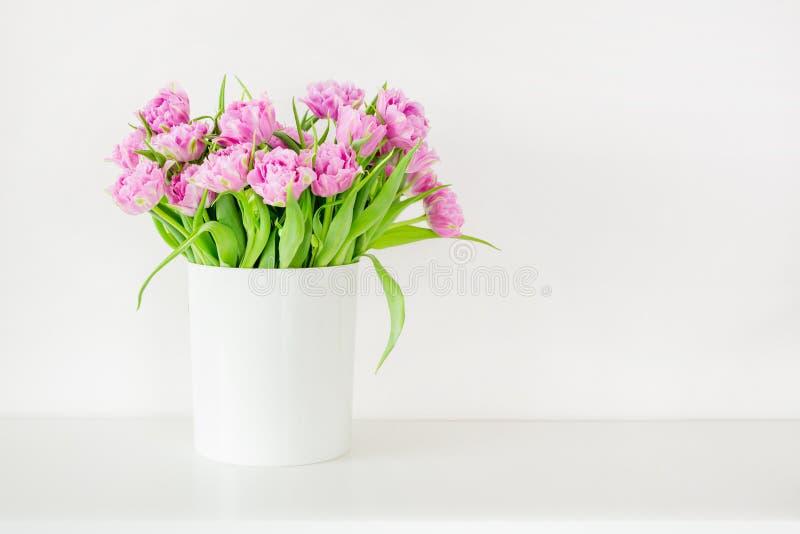 Vers helder boeket van roze tulp in witte emmer Mooie groetkaart Het concept van de lenteholidas Copyspace Plaats voor uw tex royalty-vrije stock afbeeldingen