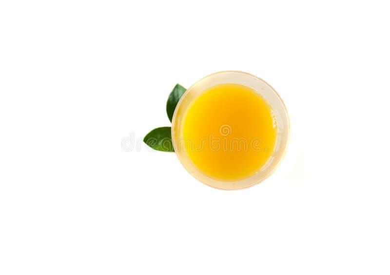 Vers jus d'orange in een glas Ronde oranje plakken op een witte achtergrond Achtergrond van het citrusvruchten de tropische fruit stock foto