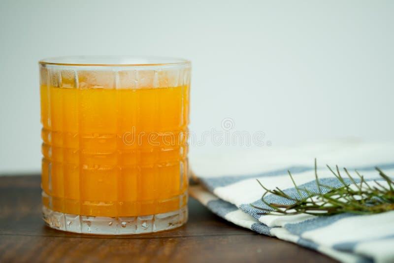 Vers jus d'orange met ijs royalty-vrije stock foto