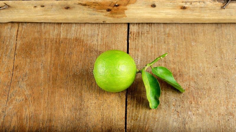 Vers kalkfruit op de houten achtergrond stock afbeelding