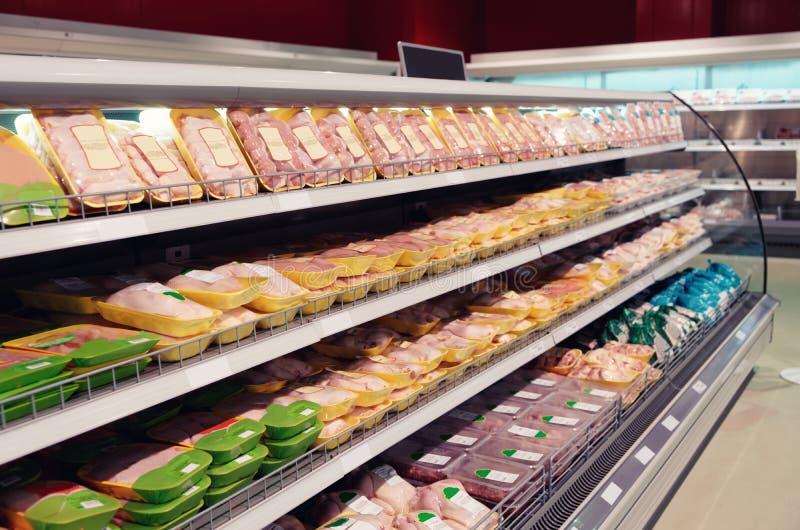 Vers kippenvlees op gestemde supermarktplank, stock foto's
