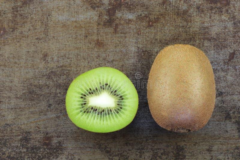 Vers kiwifruit en een besnoeiing royalty-vrije stock foto