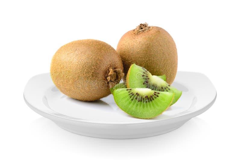 Vers kiwifruit in plaat op witte achtergrond stock afbeelding