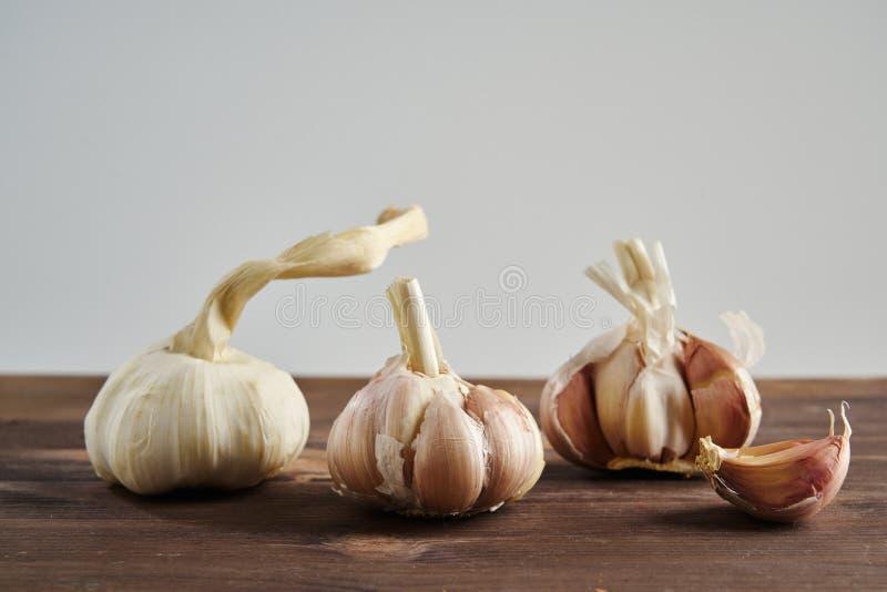 Vers Knoflook op houten achtergrond Stilleven met ruwe groente Concept gezond voedsel en nutritionÑŽ royalty-vrije stock foto's