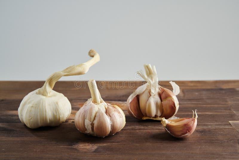 Vers Knoflook op houten achtergrond Stilleven met ruwe groente Concept gezond voedsel en nutritionÑŽ royalty-vrije stock afbeeldingen
