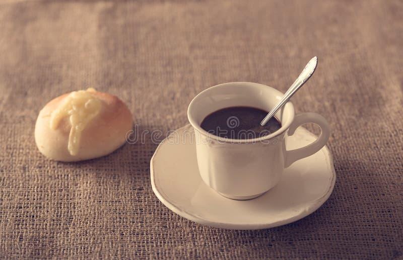 Vers koffie en kaasbrood stock fotografie