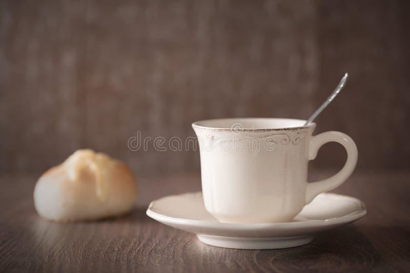 Vers koffie en kaasbrood royalty-vrije stock fotografie