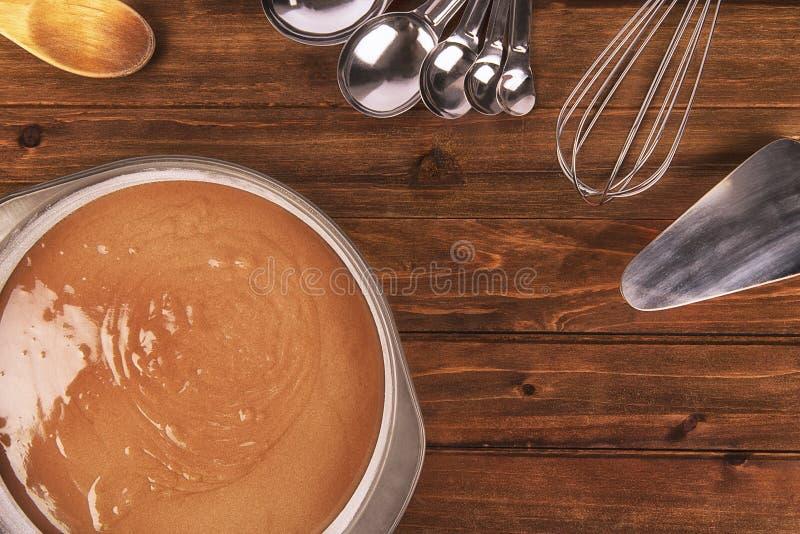 Vers kokende chocoladecake, werktuig op houten lijst royalty-vrije stock foto