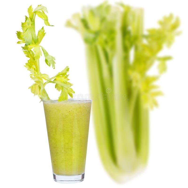 Vers komkommer, peren en selderiesap, dat op witte achtergrond wordt geïsoleerd stock foto's