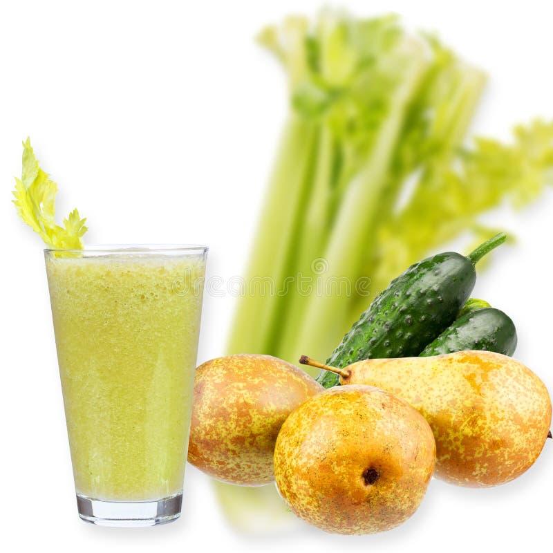 Vers komkommer, peren en selderiesap Plakken van vruchten en groenten stock afbeeldingen