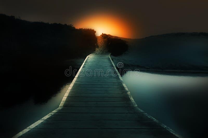 Vers la lumière une passerelle au-dessus de l'eau images stock