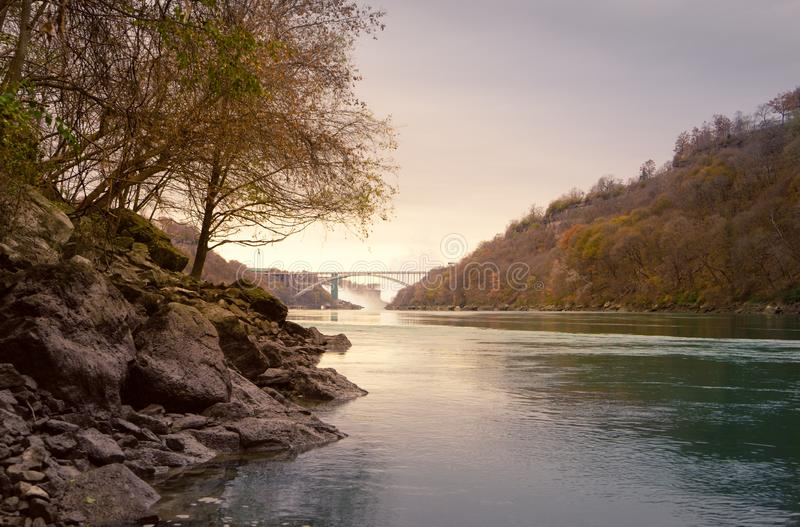 Vers le bas une vue de rivière des chutes du Niagara images libres de droits