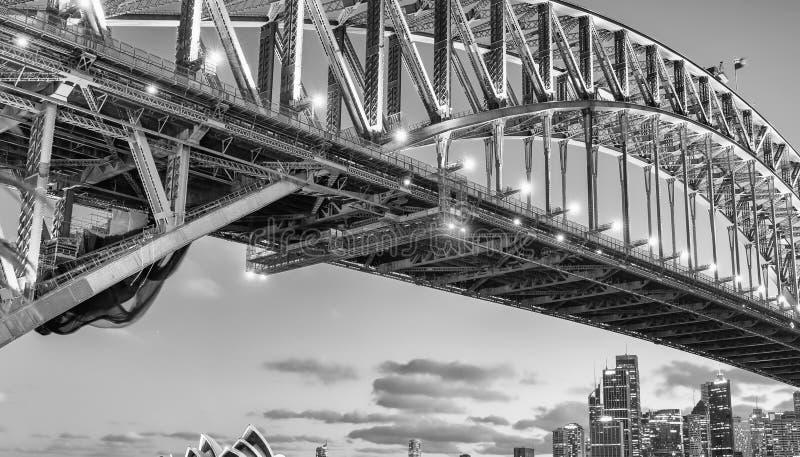 Vers le ciel vue de nuit de Sydney Harbour Bridge photographie stock