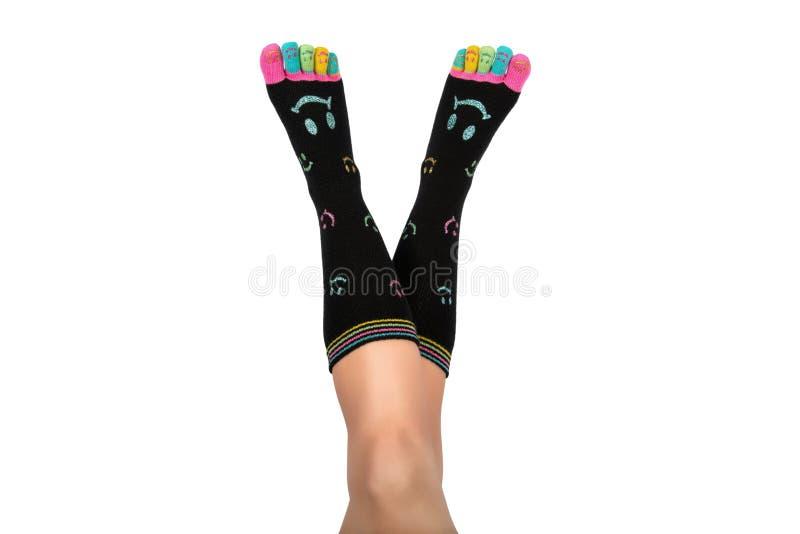 Vers le haut de dans les pieds d'air dans les chaussettes heureuses avec des orteils photo libre de droits