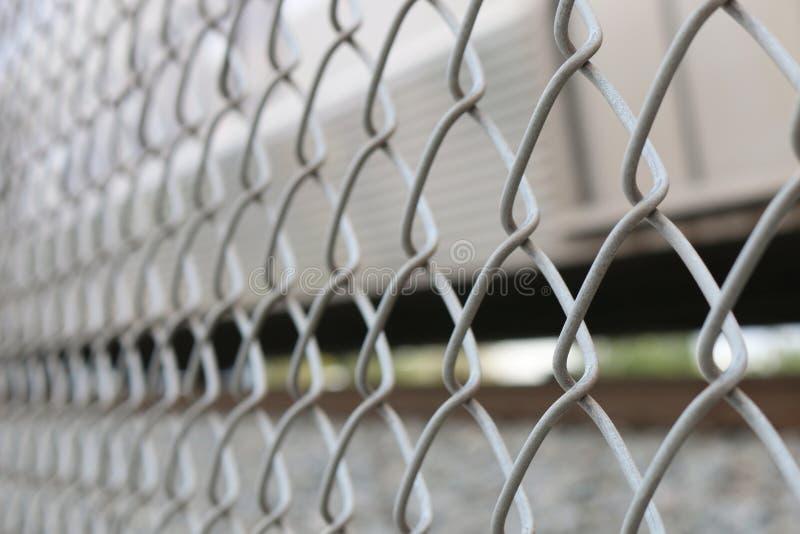 Vers le haut de la fin sur la barrière de maillon de chaîne - à angles images libres de droits
