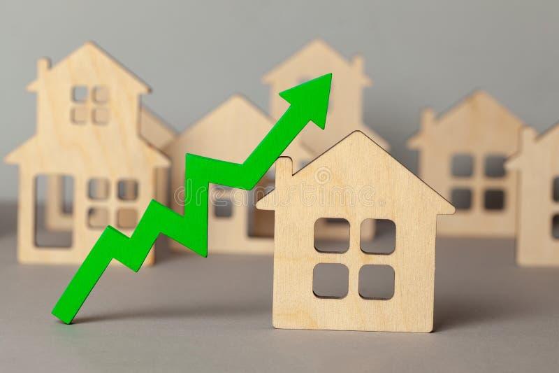 Vers le haut de la fl?che et de beaucoup de maisons Croissance sur le march? des prix d'immobiliers Achetant et vendant la maison photographie stock libre de droits