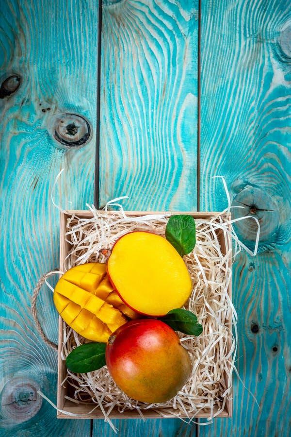 Vers mangobiologisch product in houten doos Achtergrond voor een uitnodigingskaart of een gelukwens Hoogste mening De ruimte van  royalty-vrije stock fotografie