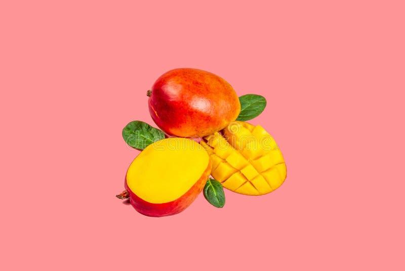 Vers mangobiologisch product, tropisch fruit Het leven koraalachtergrond Hoogste mening De ruimte van het exemplaar royalty-vrije stock fotografie