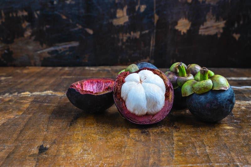 Vers mangostanfruit op een houten lijst stock afbeeldingen