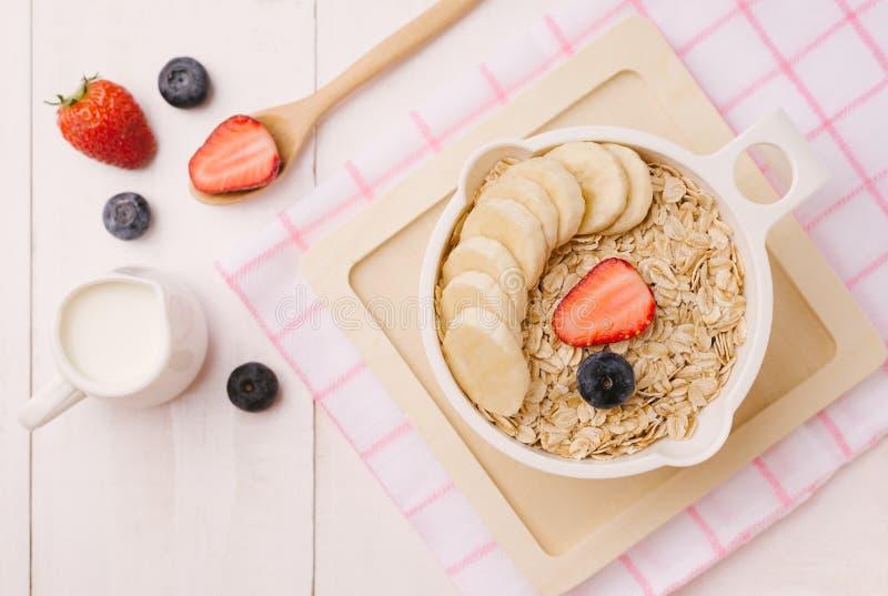 Vers ontbijt van gezond havermeel met banaanplakken, strawberr stock afbeeldingen