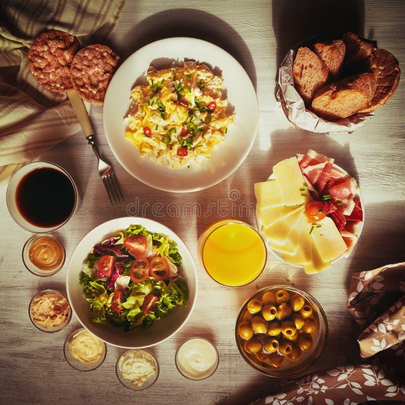 Vers ontbijtvoedsel Omelet op witte achtergrond royalty-vrije stock afbeeldingen