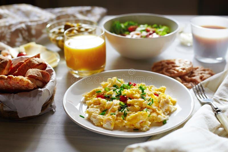 Vers ontbijtvoedsel Roereieren en jus d'orange stock afbeeldingen