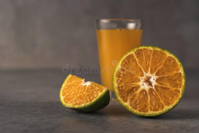 Vers oranje vruchten en sap op steenlijst royalty-vrije stock afbeelding