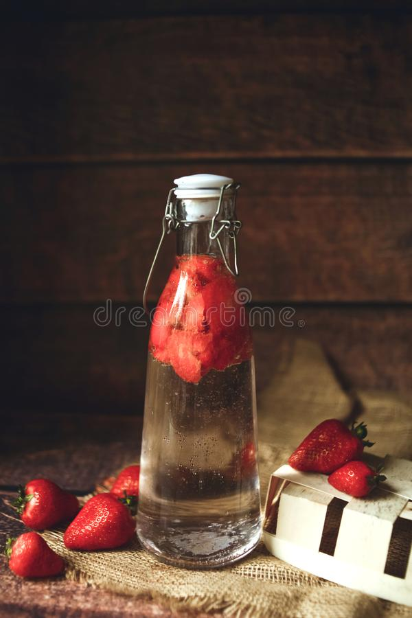 Vers organisch water met aardbei royalty-vrije stock foto