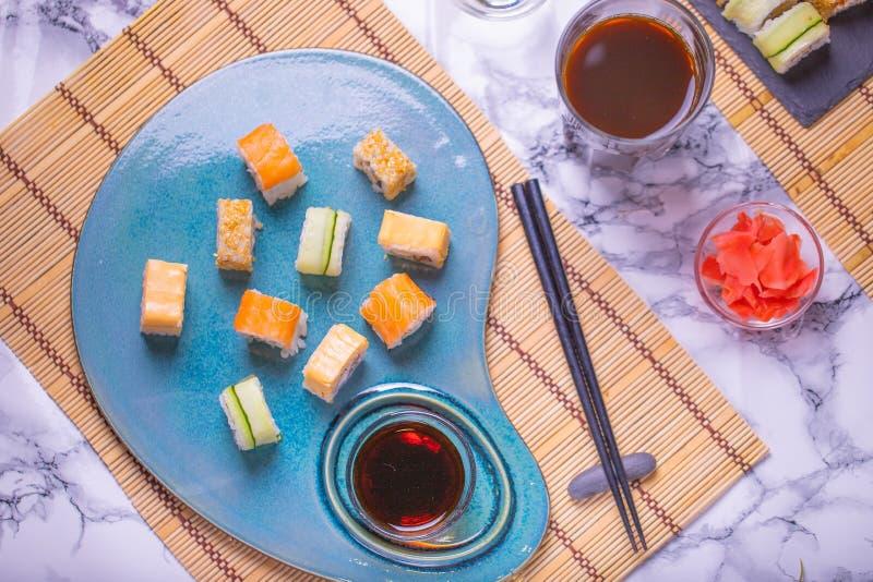 Vers overzees voedsel bij sushirestaurant Reeks sushi Japanisekeuken Ruwe Zeevruchten royalty-vrije stock foto's