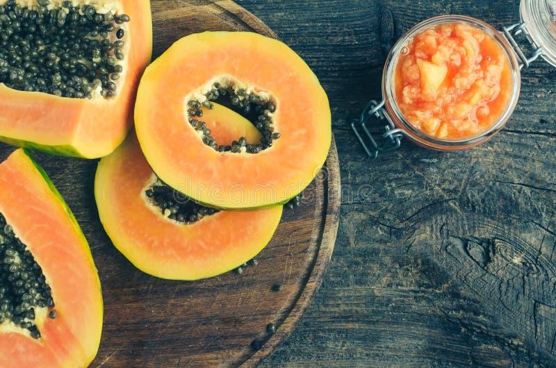 Vers papaja natuurlijk gezichtsmasker stock afbeelding