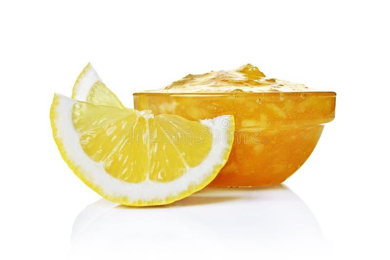 Vers rijp citroenfruit met jam in glaskom stock foto's
