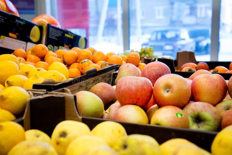 Vers rijp fruit op een winkelteller dichtbij een grote storefront royalty-vrije stock afbeeldingen