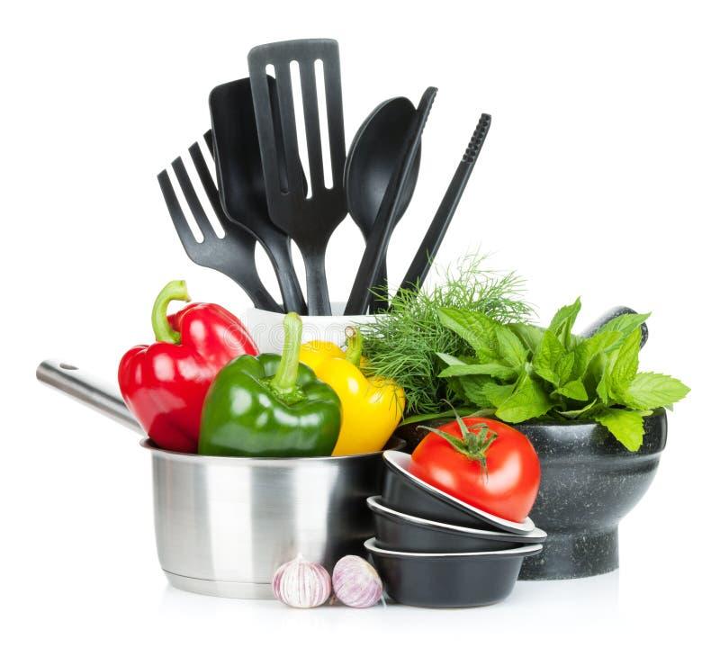Vers rijp groenten, kruiden en keukengerei stock foto's