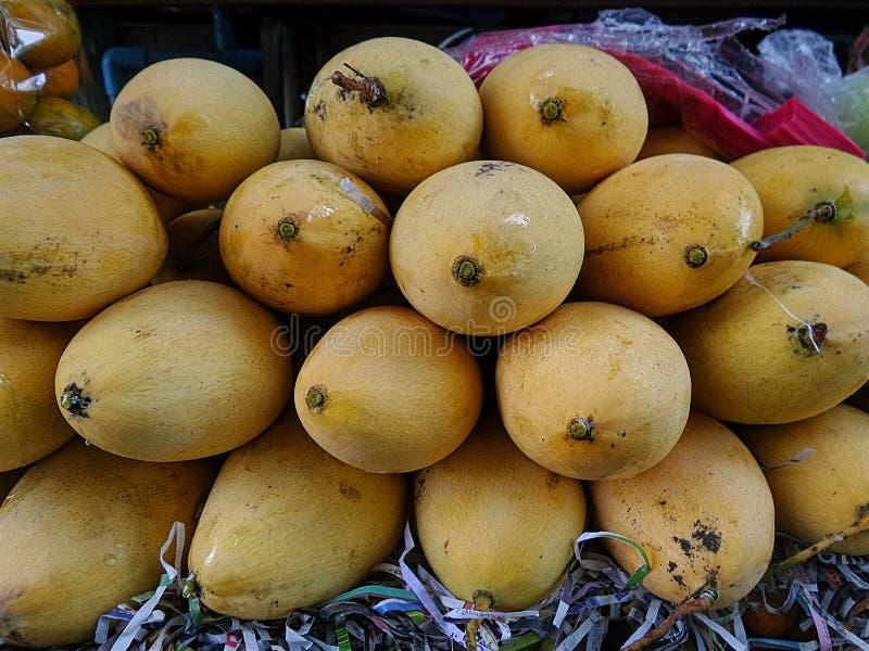 Vers rijp mango's in fruitmarkt royalty-vrije stock foto's