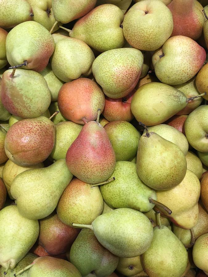 Vers rijp perenfruit op de teller stock foto's
