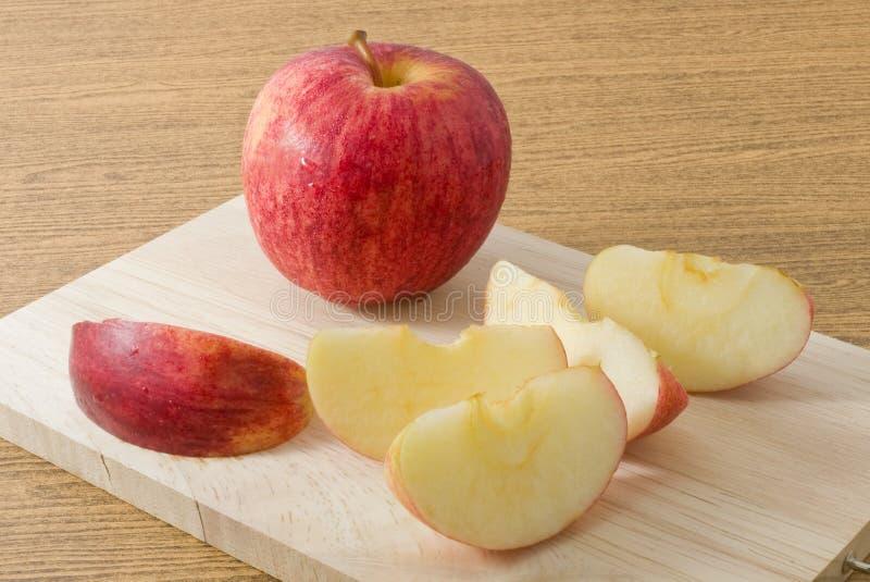 Vers Rijp Rood Apple op een Houten Scherpe Raad stock afbeeldingen