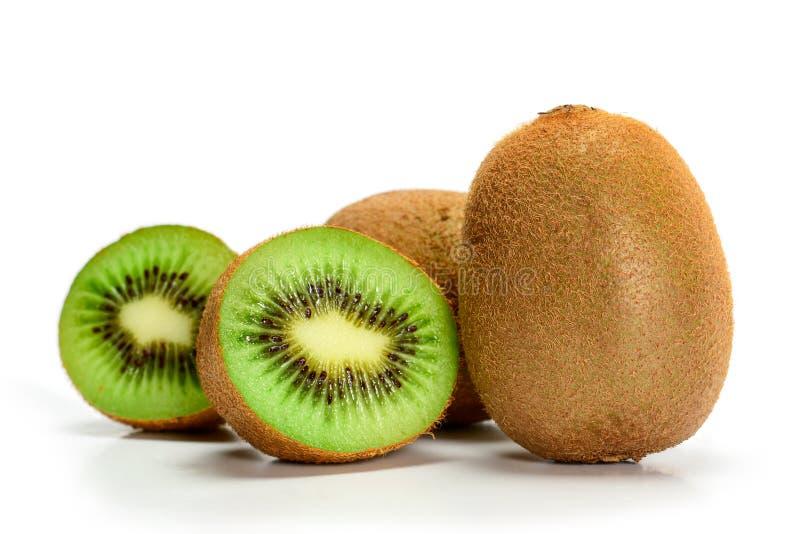 Vers rijpe hele kiwi-vruchten en twee helften, geïsoleerd op witte achtergrond met schaduwen, klap royalty-vrije stock foto