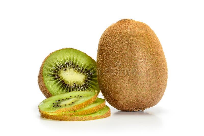 Vers rijpe kiwi-vruchten, in gehele staat en in plakken gesneden, geïsoleerd op witte achtergrond met schaduwen, klaver royalty-vrije stock afbeelding