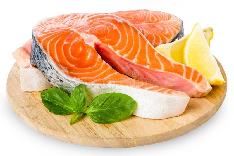 Vers Ruw die Salmon Red Fish Steak op een Witte Achtergrond wordt geïsoleerd stock afbeeldingen