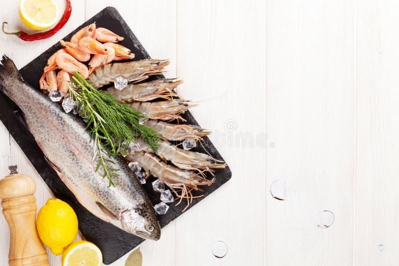 Vers ruw overzees voedsel met kruiden stock foto's