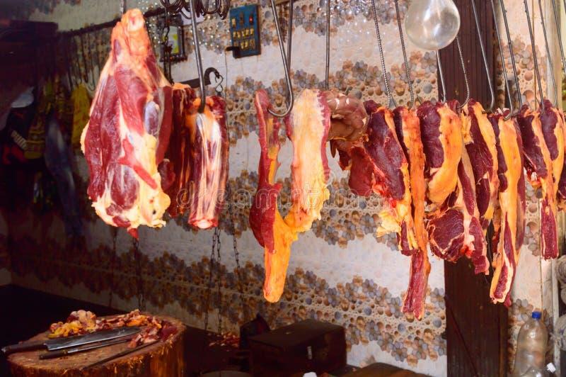 Vers ruw rood vlees bij slagerij voor vertoning royalty-vrije stock afbeelding