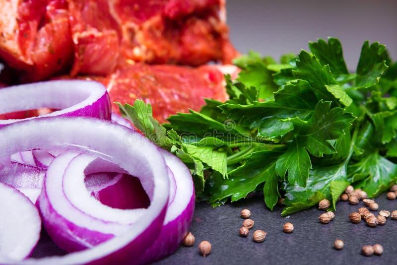 Vers Ruw Voedselrood vlees, Uien en Greens stock fotografie