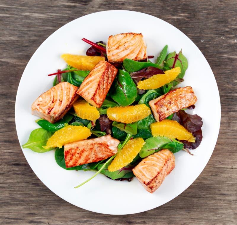 Vers Salmon Salad met groenten en sinaasappel royalty-vrije stock afbeeldingen
