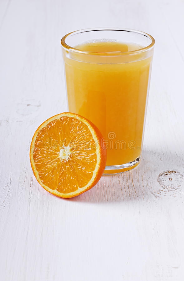 Vers sap in een glas met de oranje helft royalty-vrije stock foto