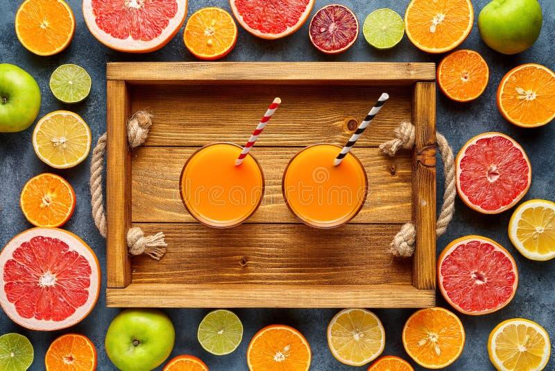 Vers sap of smoothie met organische citrusvruchten, appel, grapefruit op lichte achtergrond Hoogste mening, selectieve nadruk royalty-vrije stock afbeelding