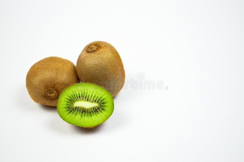 Vers Sappig die Kiwifruit en een plakbesnoeiing op witte achtergrond wordt geïsoleerd royalty-vrije stock foto