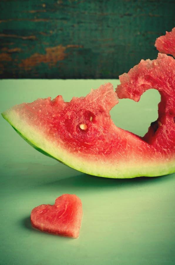 Vers sappig watermeloenhart bij turkooise houten achtergrond Heilige Valentine, de kaart van de liefdegroet stock foto