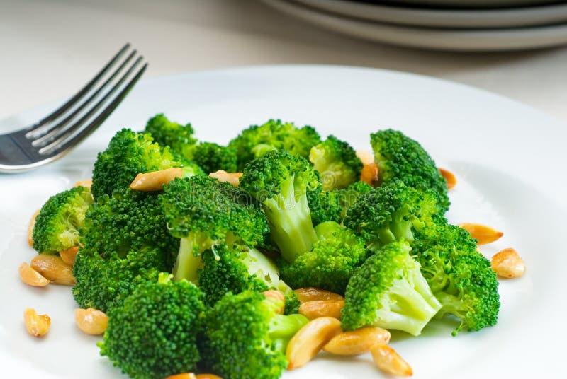 Vers sauteed broccoli en amandelen stock fotografie