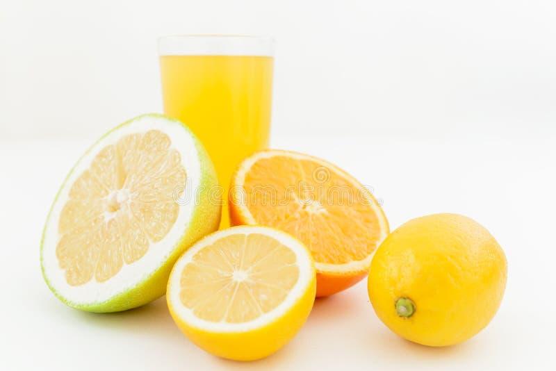 Vers smakelijk sap van citroen, sinaasappel, mandarin, en schat op witte achtergrond Fruitconcept royalty-vrije stock afbeeldingen